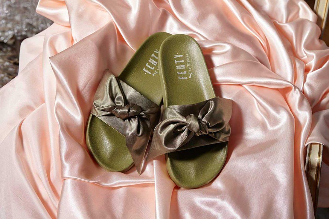 Bow Slide (unisex): Influenciada por los lujosos días parisinos de Maria Antonieta, las nuevas Bow Slide de FENTY coloca a las chanclas de la colección en el siguiente nivel. Un hermoso lazo de satén adorna la tira del modelo, con un forro de espuma para una mayor comodidad. Éxito asegurado entre aquellos que se enamoraron de las Fur Slides en 2016.